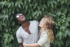 Couple mixte heureux avec un arrière plan vert